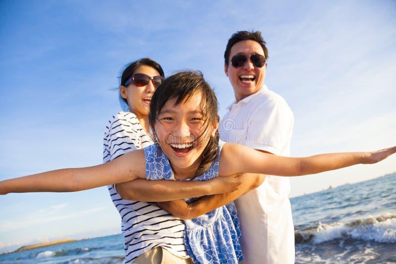 Den lyckliga familjen tycker om sommarsemester arkivfoton