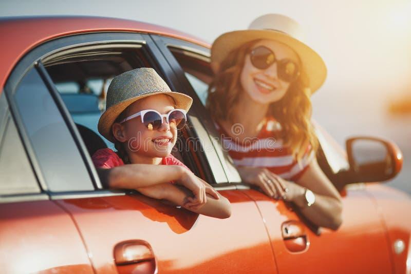 Den lyckliga familjmodern och barnflickan går till sommarloppturen i bil royaltyfria foton