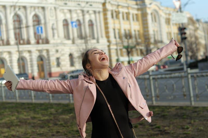 Den lyckliga flickan är yr med glädje som hon köpte sig en minnestavla fotografering för bildbyråer