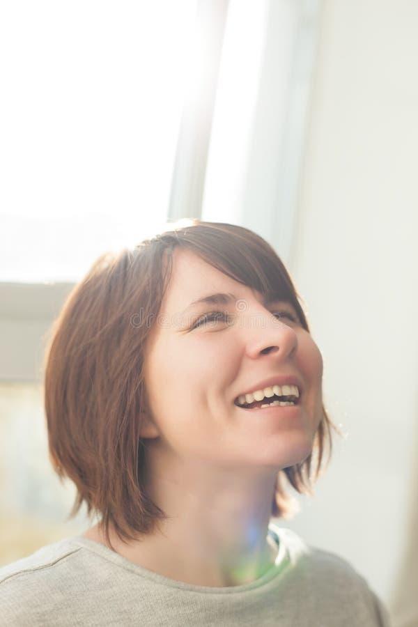 Den lyckliga flickan har bra lynne arkivbild