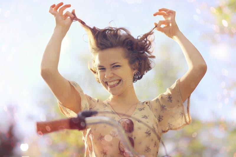 Den lyckliga flickan i sommar parkerar royaltyfri foto