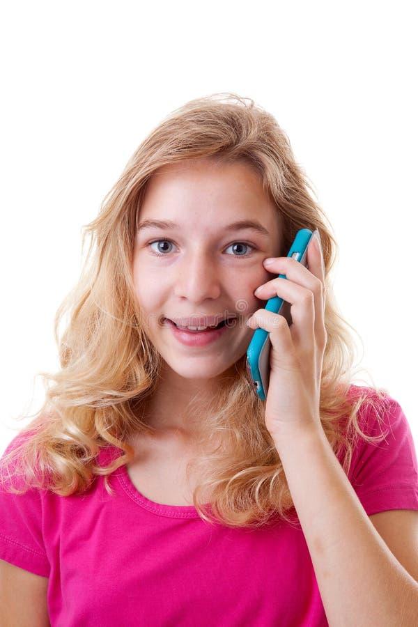 Den lyckliga flickan kallar på mobiltelefonen royaltyfria bilder
