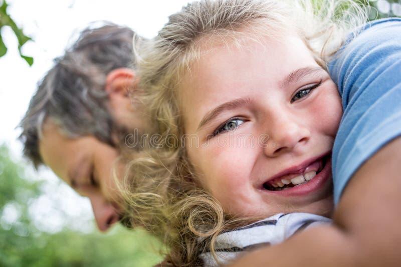 Den lyckliga flickan kramar farsan royaltyfri fotografi