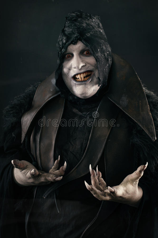 Den lyckliga galna le vampyren med stort läskigt spikar Undeadmonst arkivbild