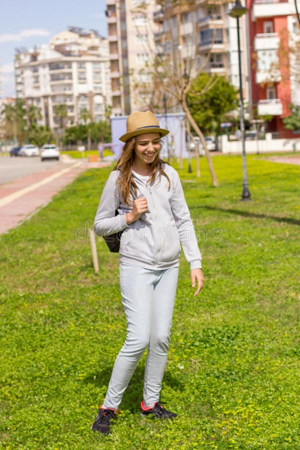 Den lyckliga gladlynta härliga tonåriga flickan på naturen i parkerar Selektivt fokusera arkivfoto