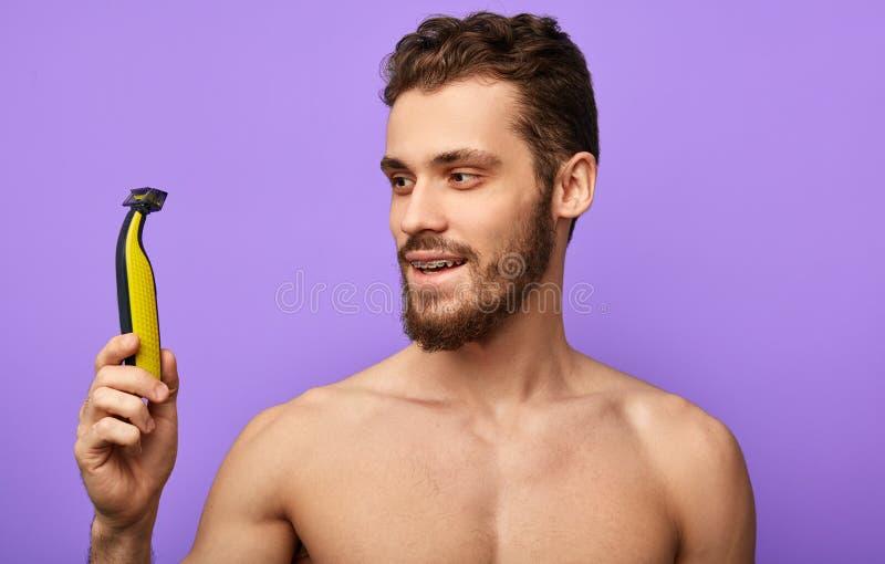 Den lyckliga grabben startar en ny dag med en ny rakkniv arkivfoto