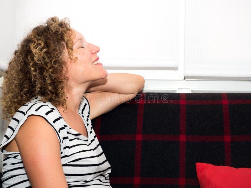 Den lyckliga gravida kvinnan som förväntar hennes nästa, behandla som ett barn royaltyfri bild