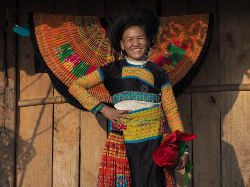 Den lyckliga Hmong kvinnan broderar i solnedgången, Ta Xua, Son La, Vietnam arkivbild