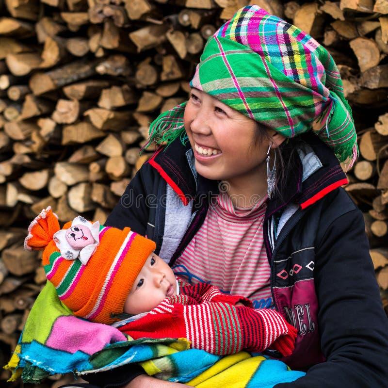 Den lyckliga Hmong kvinnan med behandla som ett barn, Sapa, Vietnam fotografering för bildbyråer