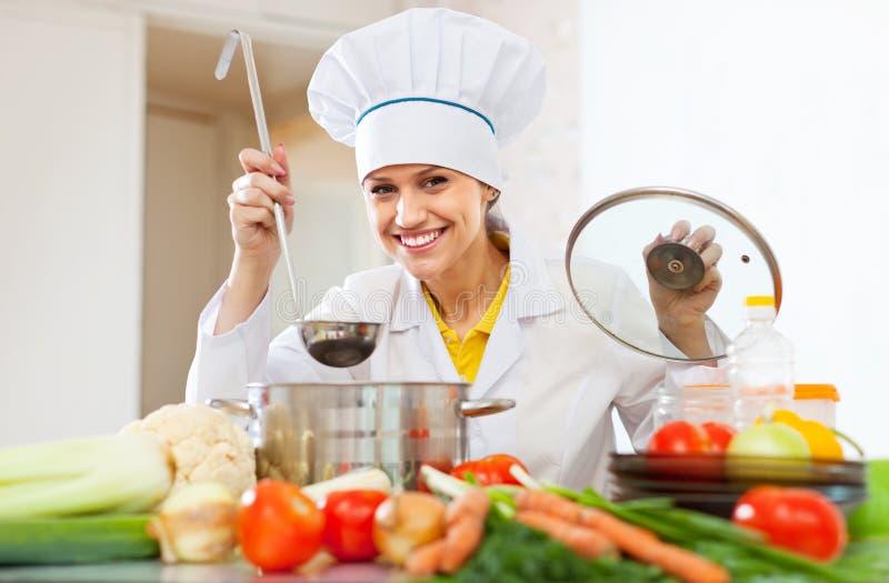 Den lyckliga kocken arbetar med sleven royaltyfri foto