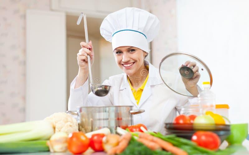 Den lyckliga kocken arbetar med sleven royaltyfri bild