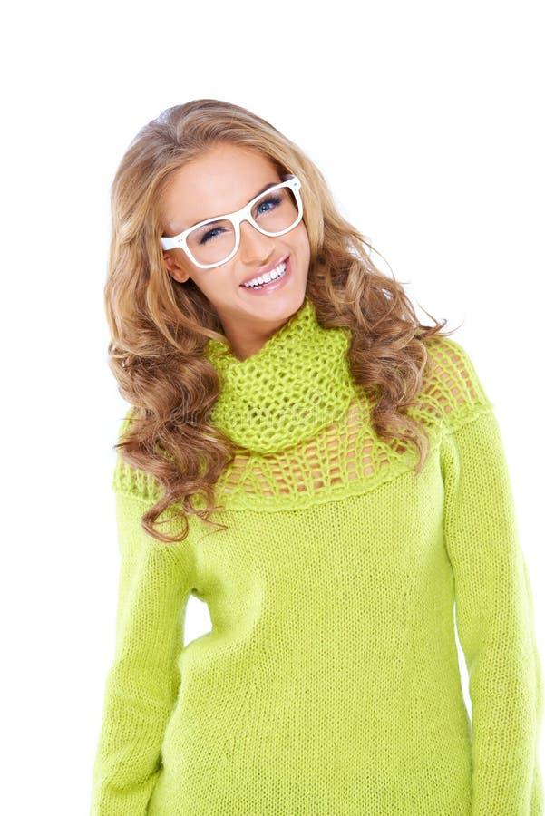 Den lyckliga kvinnan i gul gräsplan Longs muffskjortan fotografering för bildbyråer