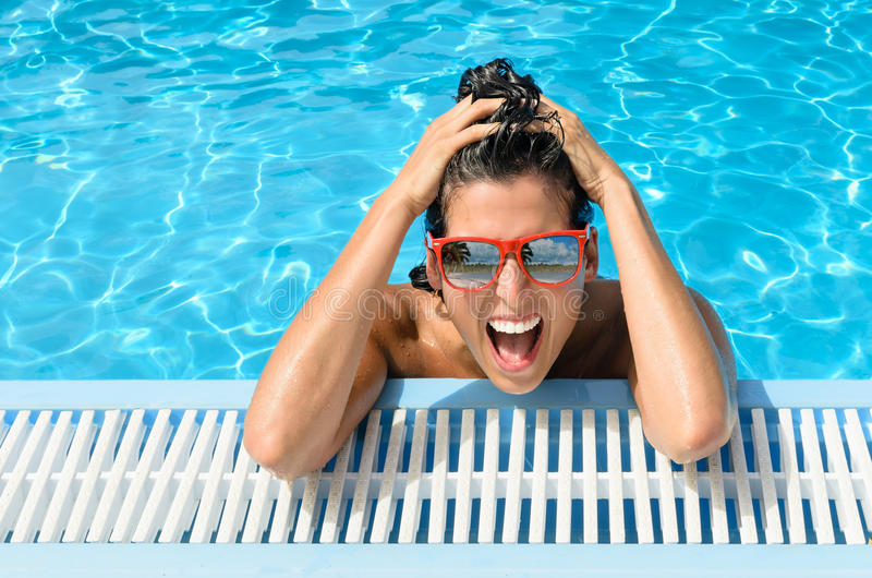 Den lyckliga kvinnan i semesterort slår samman sommarsemester fotografering för bildbyråer