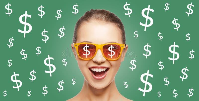 Den lyckliga kvinnan i skuggor med dollarvaluta sjunger royaltyfria foton