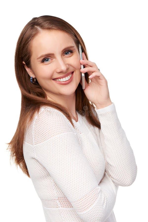 Den lyckliga kvinnan som talar på cellen, ringer fotografering för bildbyråer
