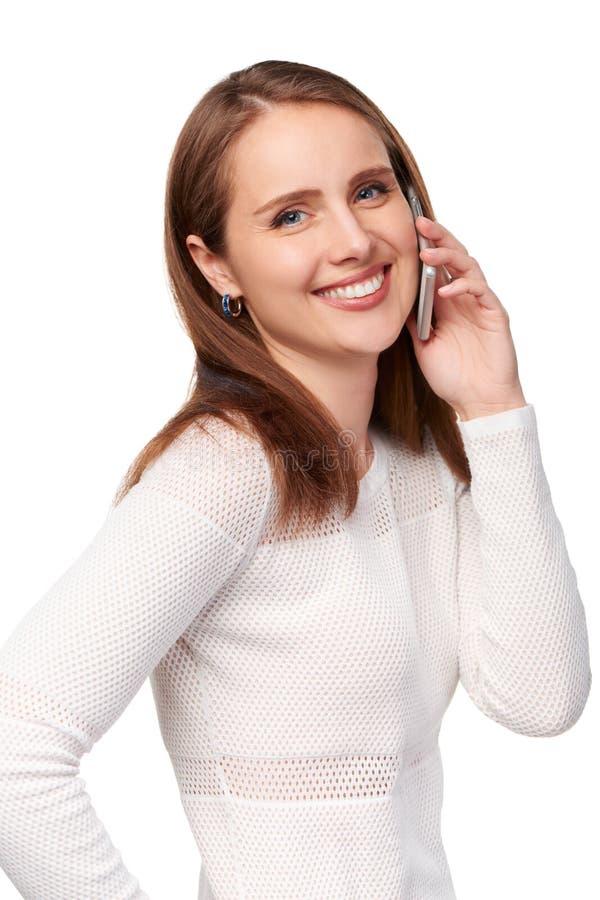 Den lyckliga kvinnan som talar på cellen, ringer arkivbild
