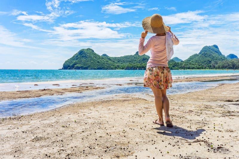 Den lyckliga kvinnan står på stranden för Ao Manao arkivfoto