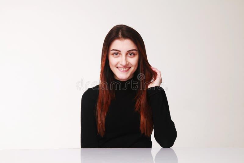 Den lyckliga le kvinnan gör en gest, kroppsspråket, psykologi arkivbild