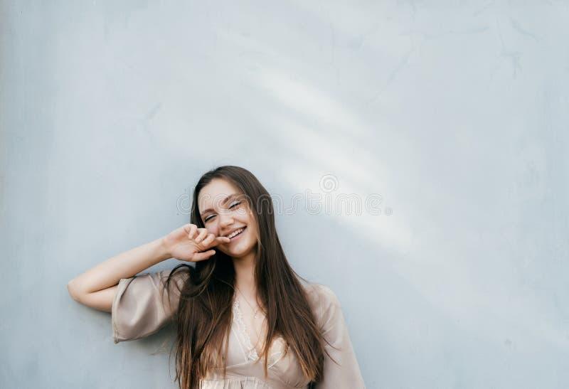 Den lyckliga le skratta unga damen isolerade ståenden som var utomhus- arkivbilder