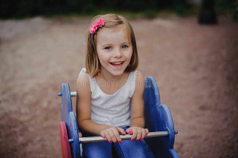 Den lyckliga lilla flickan är svängande arkivfoto