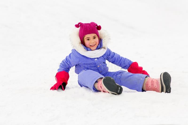 Den lyckliga lilla flickan i vinter beklär utomhus royaltyfri fotografi