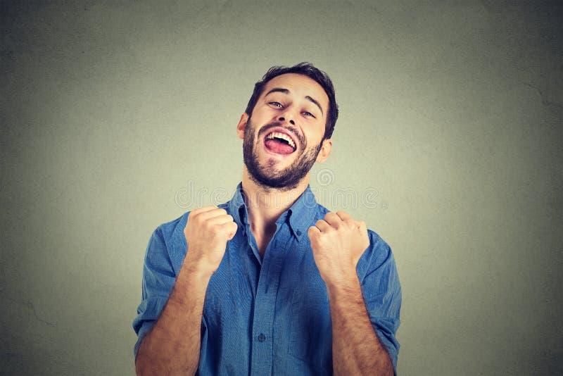 Den lyckliga lyckade studenten, affärsmannen som segrar, nävar pumpade att fira framgång arkivbilder