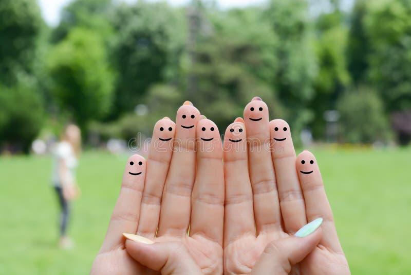 Den lyckliga människan fingrar föreslå återkopplings- och kommunikationsbegrepp royaltyfria bilder