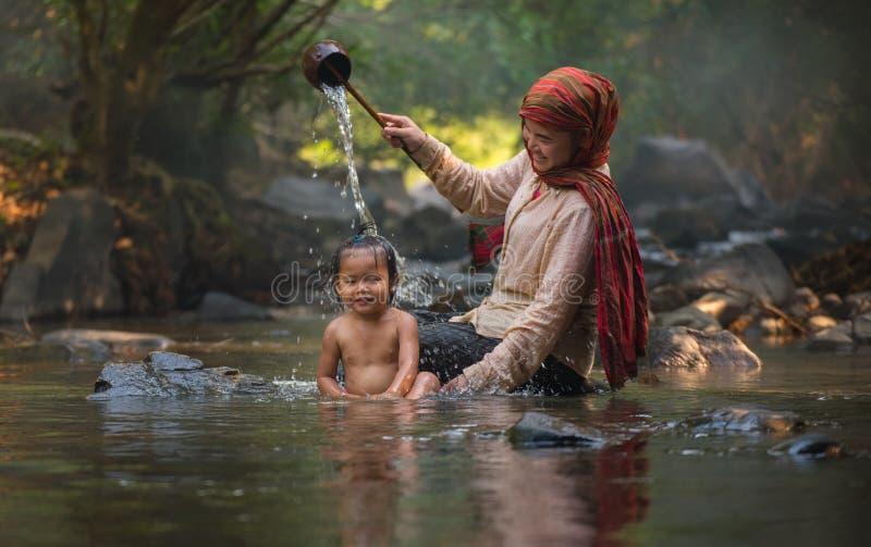 Den lyckliga mamman och behandla som ett barn barnet (morsa dagen) fotografering för bildbyråer