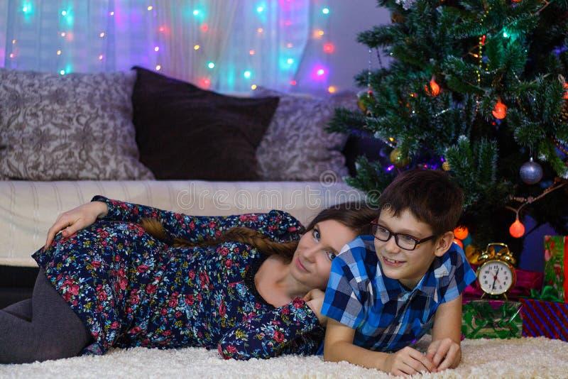 den lyckliga mamman och sonen firar hemma jul, lynne för nytt år, julgranen och gåvor royaltyfri bild