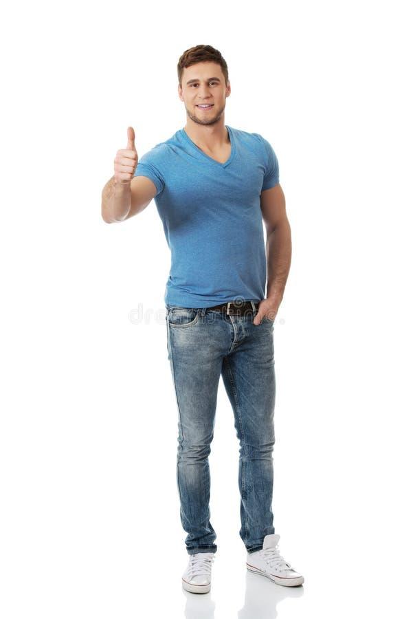Den lyckliga manen med tum göra en gest upp arkivfoto