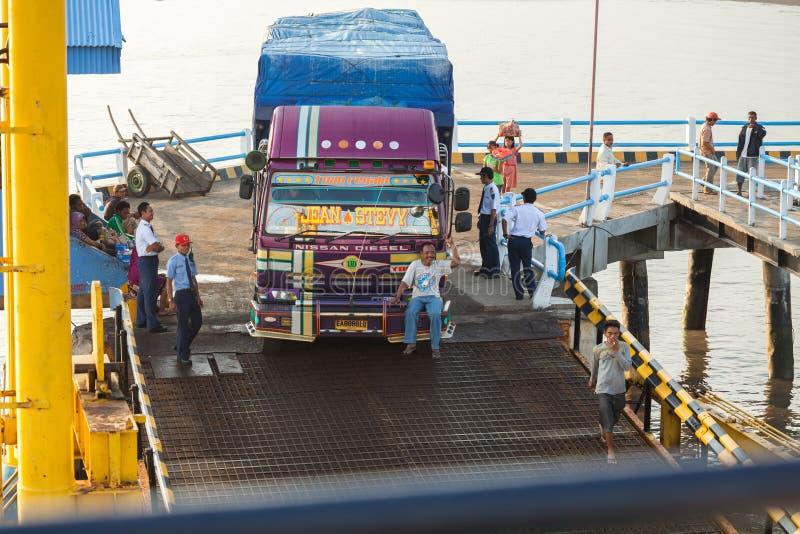 Den lyckliga mannen rider framme av lastbilen royaltyfri fotografi