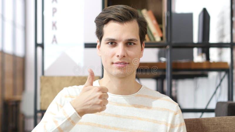 Den lyckliga mannen som ger tummar, up tecknet arkivbilder