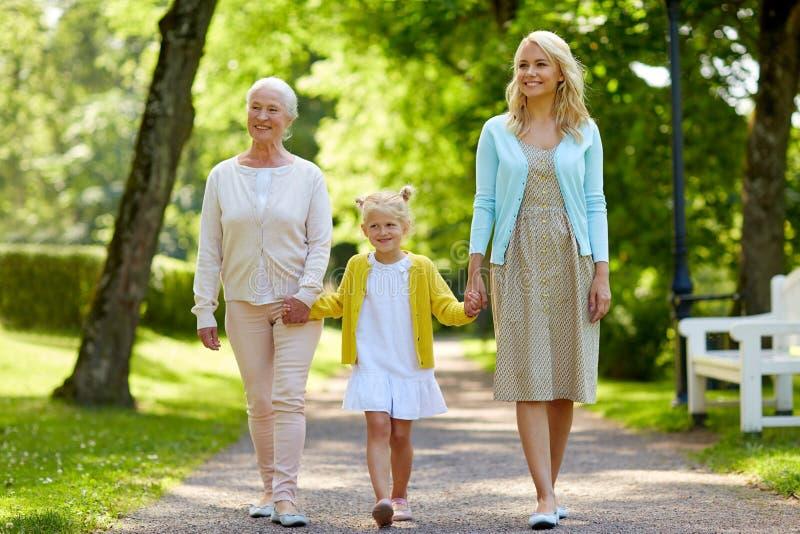 Den lyckliga modern, dottern och farmodern på parkerar fotografering för bildbyråer