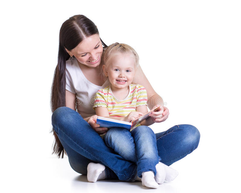 Den lyckliga modern läste en bok till behandla som ett barn flickan arkivfoto
