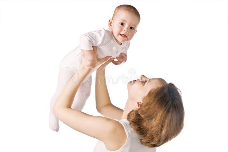 Den lyckliga modern med behandla som ett barn arkivfoton