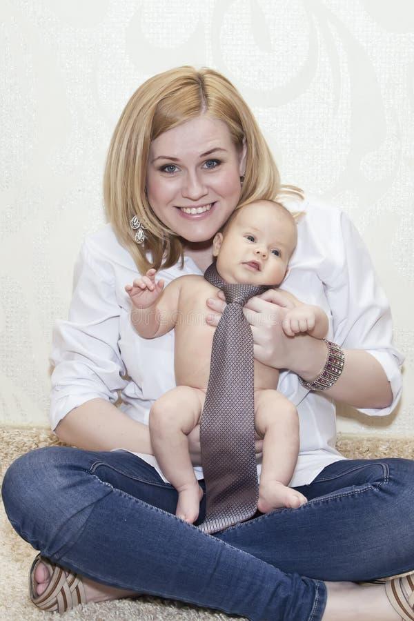 Den lyckliga modern och ett nöjt behandla som ett barn royaltyfria bilder