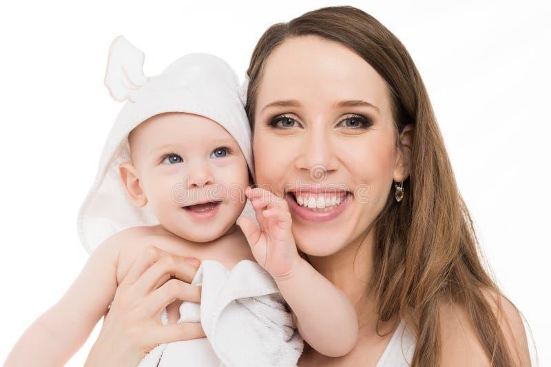 Den lyckliga modern som kramar hennes förtjusande, behandla som ett barn sonen lycklig familj Stående för moder och för nyfött ba arkivbilder