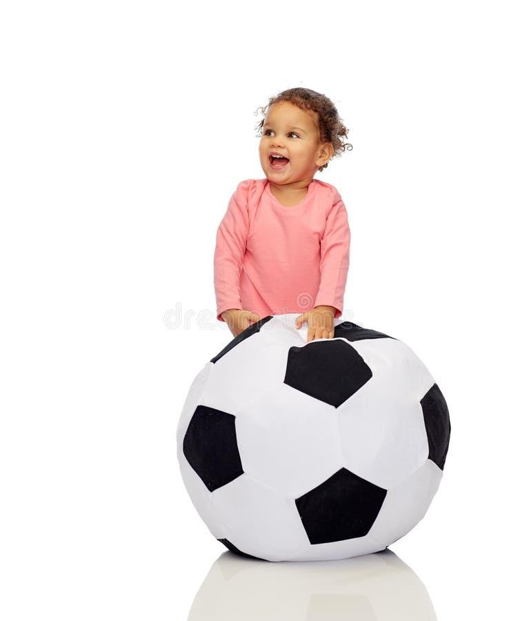 Den lyckliga mulatten behandla som ett barn lite flickan som spelar med bollen arkivfoto