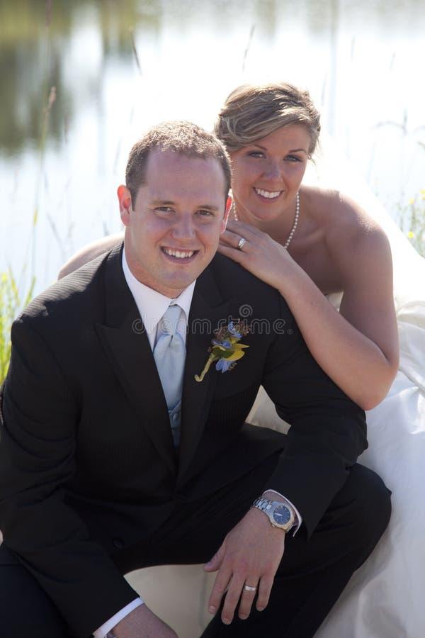 Den lyckliga nygift person kopplar ihop royaltyfri foto