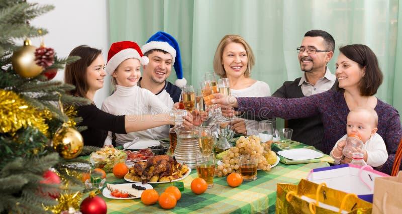 Den lyckliga och stora familjen firar jul royaltyfri foto