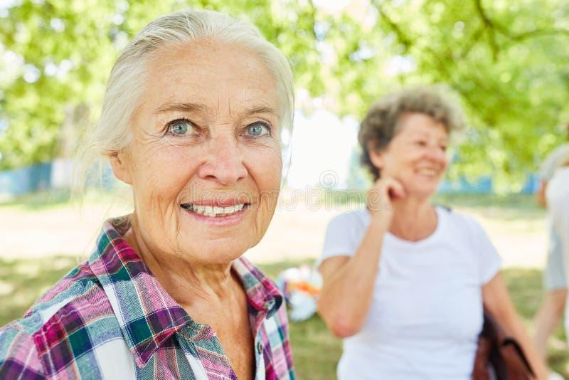 Den lyckliga pensionären avgick kvinnan royaltyfri fotografi
