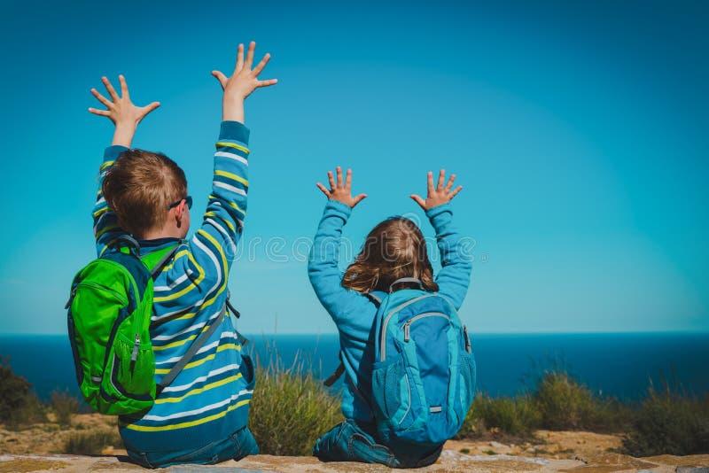 Den lyckliga pojken och flickan tycker om lopp i naturen som ser sikt arkivfoton