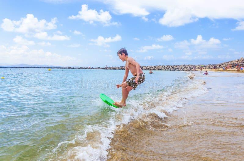 Download Den Lyckliga Pojken Tycker Om Att Surfa I Vågorna Fotografering för Bildbyråer - Bild av utomhus, simning: 37344359
