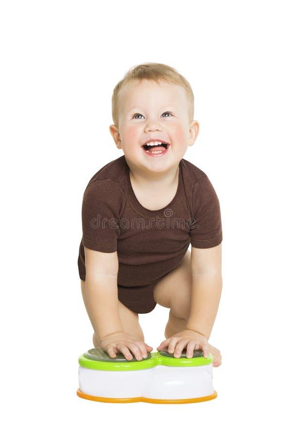 Den lyckliga pysen behandla som ett barn krypning och att se upp Smi royaltyfria foton