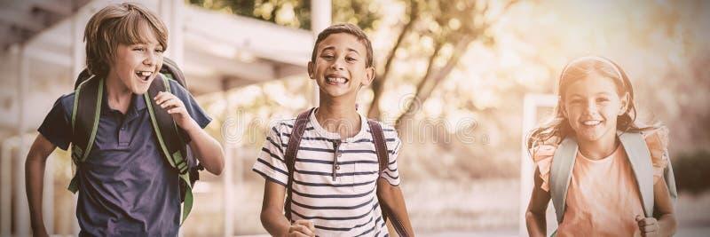 Den lyckliga skolan lurar spring i korridor arkivbild