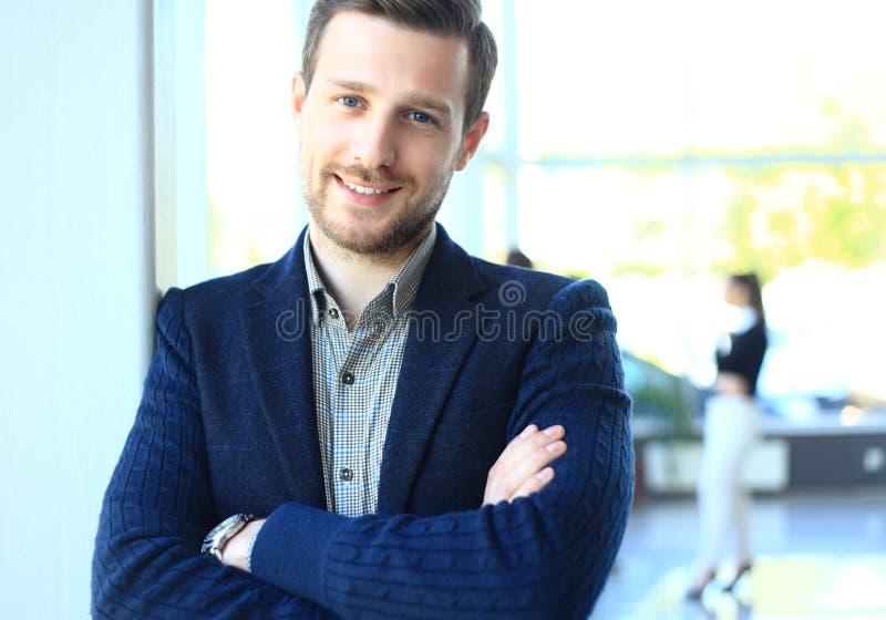 Den lyckliga smarta affärsmannen med laget parar ihop att diskutera royaltyfri bild