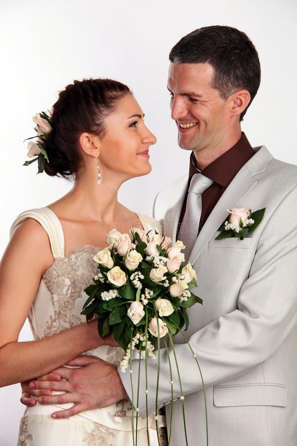 den lyckliga ståenden gifta sig nytt fotografering för bildbyråer