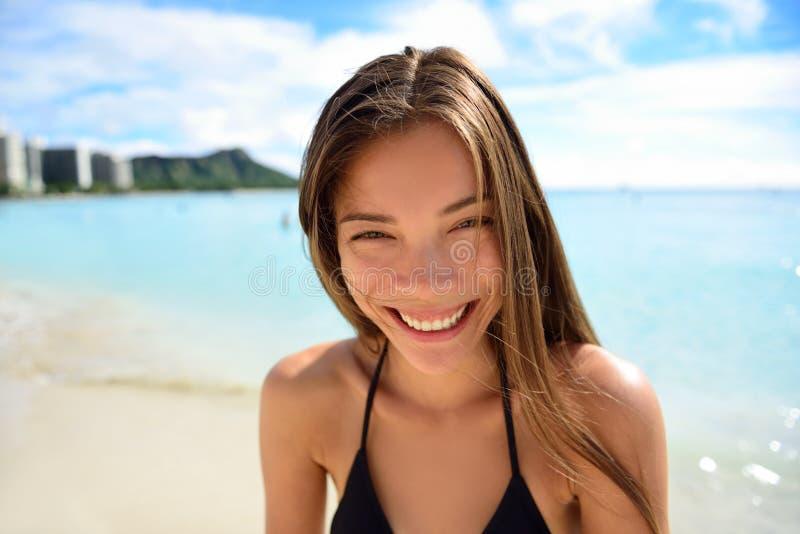 Den lyckliga sunda le asiatiska kvinnan - sätta på land semestern arkivbild
