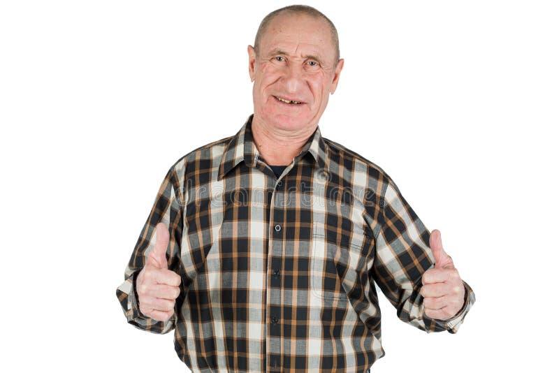 Den lyckliga tillfredsställda pensionären åldrades manvisningtummen som isolerades upp på whi royaltyfria foton