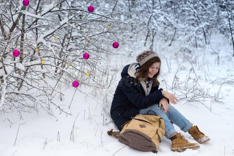 Den lyckliga tonåriga flickan på en vinter går arkivbilder